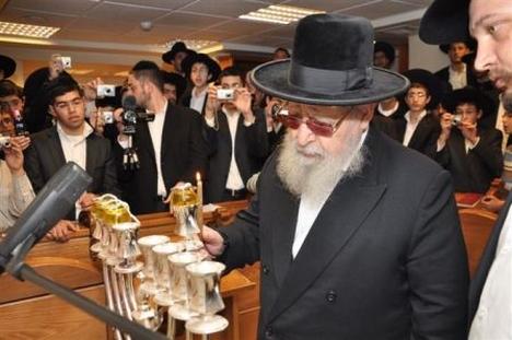 תוצאת תמונה עבור תמונות הדלקת חנוכיה בבית הכנסת
